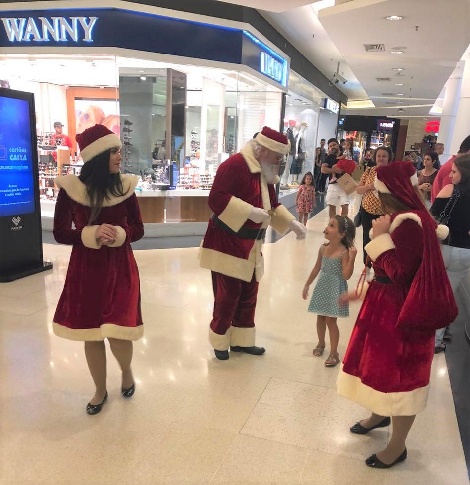 A Rena Mais Famosa Do Papai Noel papai noel e personagens animam shoppings da região